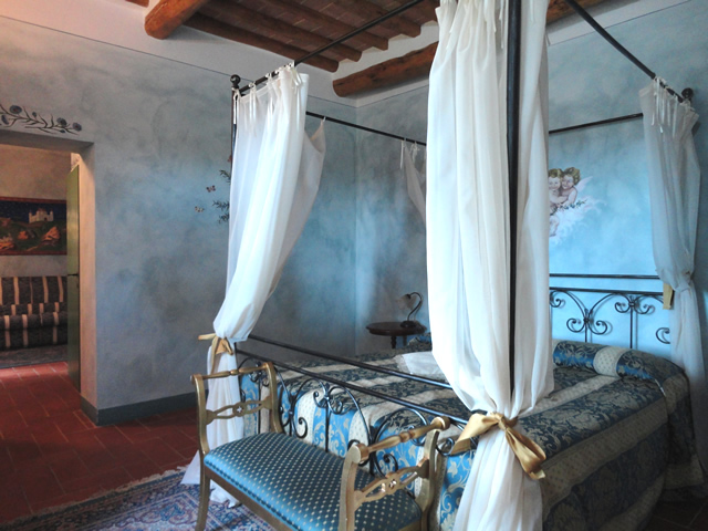 Book your Romantic Holidays in Tuscany in Romantic Suite Fiordalisi in Farmhouse Taverna di Bibbiano overlooking splendid medieval San Gimignano