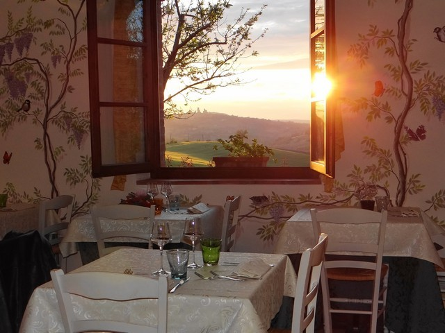 Romantic restaurant in Colle Val d'Elsa with view over San Gimignano