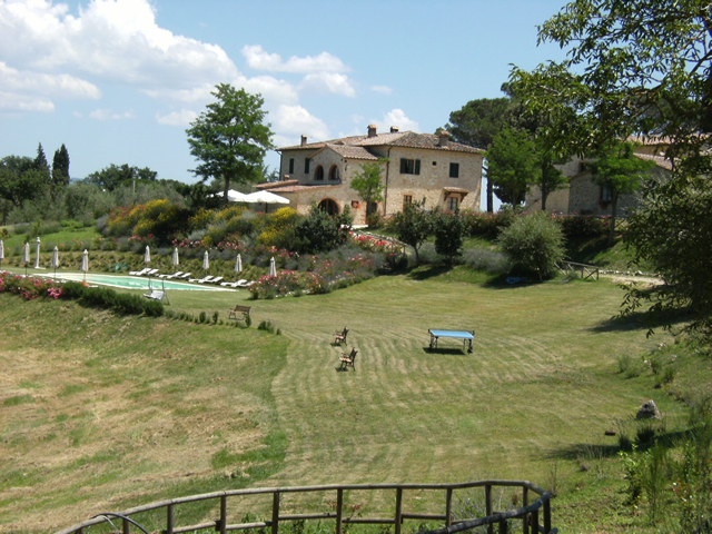 The park of Taverna di Bibbiano is a romantic place ideal for relaxing moments