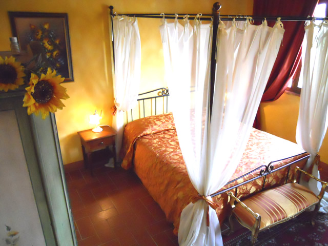 Book your Romantic Holidays in Tuscany in Romantic Junior Suite Girasoli in Taverna di Bibbiano San Gimignano Siena