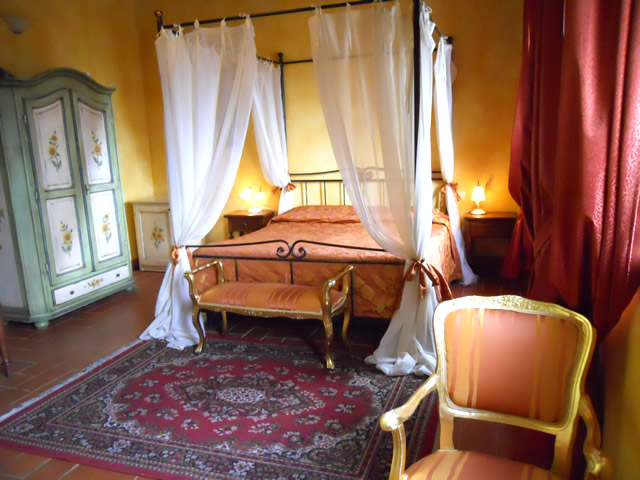 Book your Romantic Weekend in Tuscany in Romantic Junior Suite Girasoli in Taverna di Bibbiano San Gimignano Siena