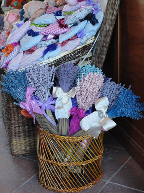 The store of the romantic farm house in San Gimignano Taverna di Bibbiano offers lavender bags and pillows